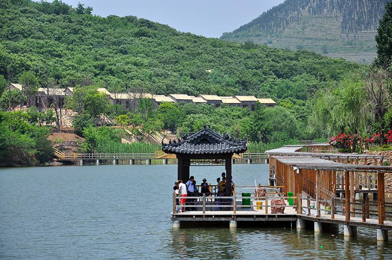 中国兰陵压油沟旅游生态休闲风景区,犹如一块碧绿翡翠,树木蔽日,流水